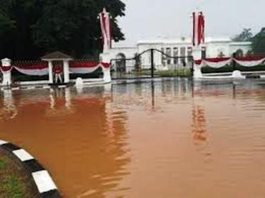 17 Januari 2013, banjir menggenani sebagian jalan depan Iastana Negara.
