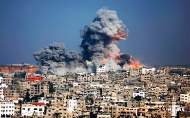 Smoke and fire from the explosion of an Israeli air strike rise over Gaza City. At least 100 Palestinians killed in Israeli bombardment.(Photo: whitewraithe.wordpress.com)